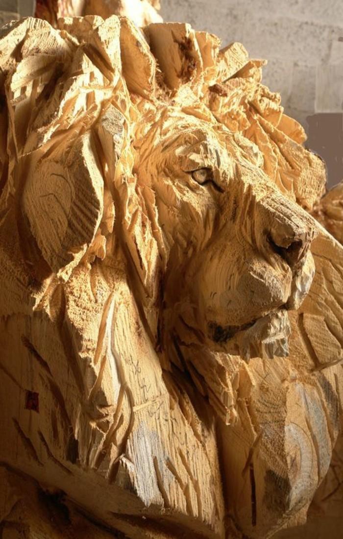 Holzschnitzereien-von-einem-edlen-Löwen