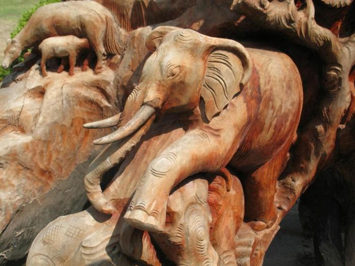 Holzschnitzereien-von-einem-großen-Elefanten