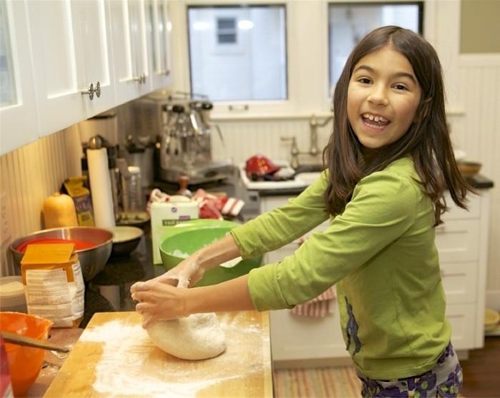 Kekse-backen-mit-Kindern-den-Teig-kneten