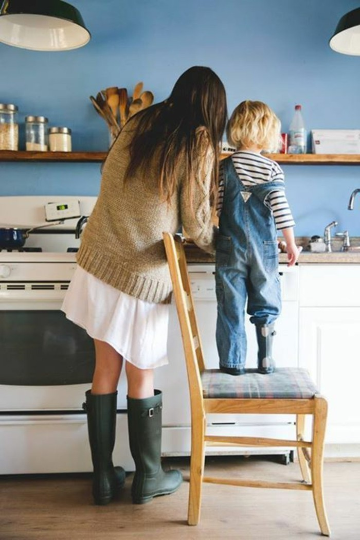 Kekse-backen-mit-Kindern-die-ältere-Schwester-hilft
