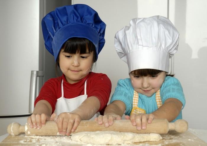 Kekse-backen-mit-Kindern-zwei-Teigrollen