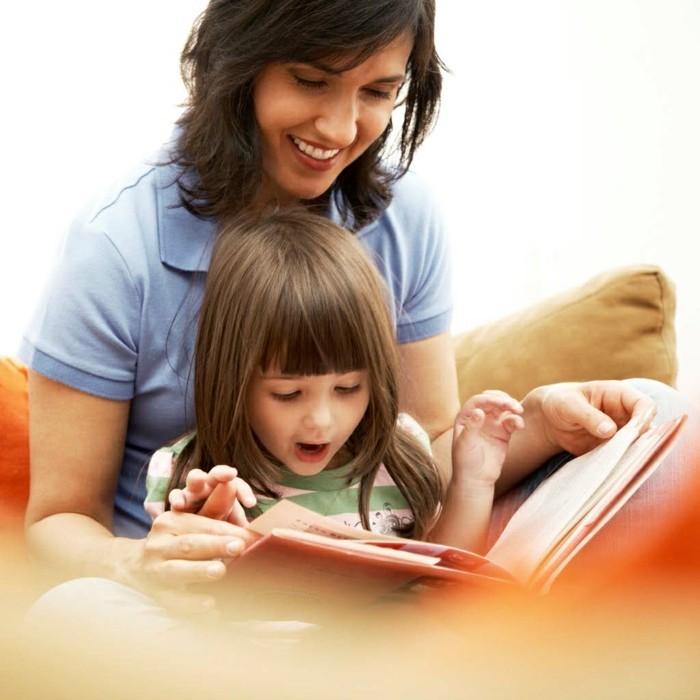 Kleines-Fotobuch-mit-dem-Kind-ansehen