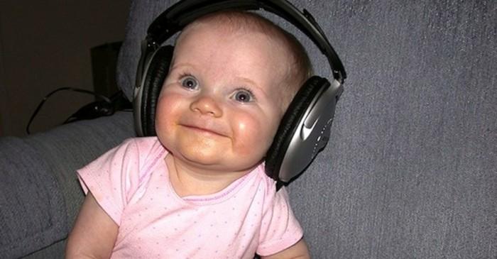 Kopfhörer-für-Kinder-auf-ein-Baby