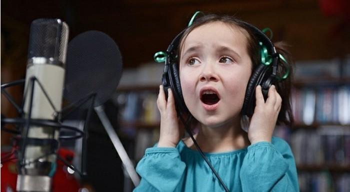 Kopfhörer-für-Kinder-beim-Singen