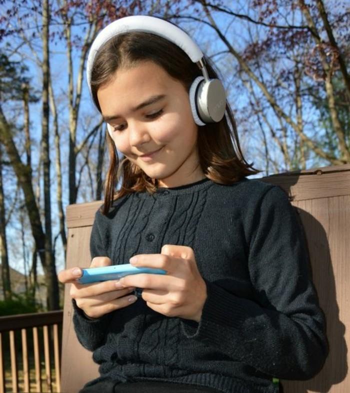 Kopfhörer-für-Kinderohren-in-der-Natur