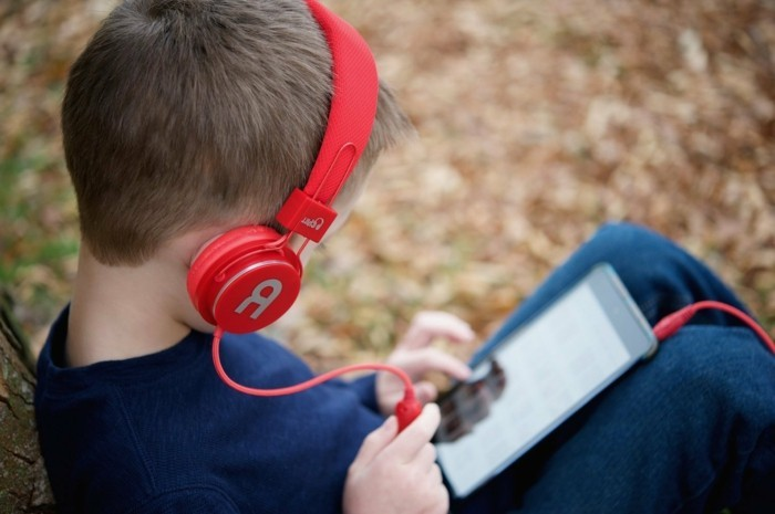 Kopfhörer-für-Kinderohren-in-roter-Farbe