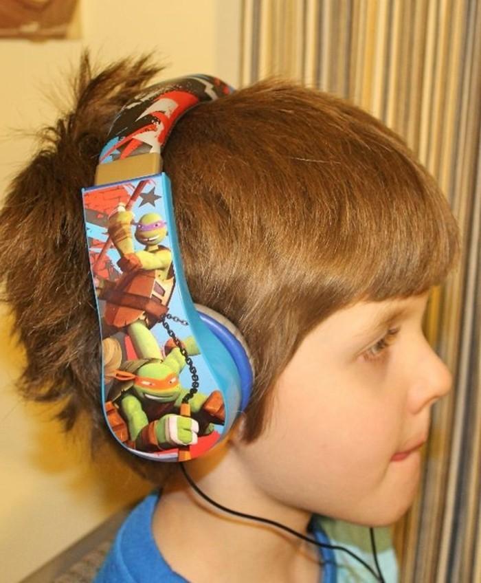 Kopfhörer-für-Kinderohren-mit-bunten-Bildern