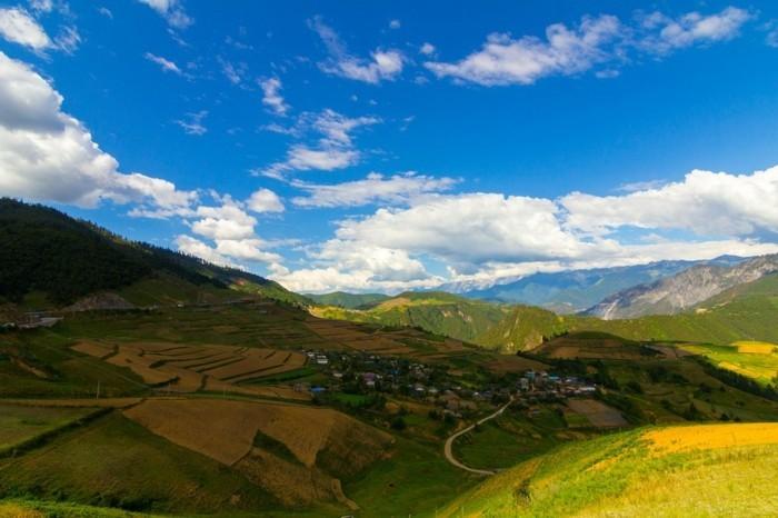 Landschaftsbild-mit-einem-sehr-blauen-Himmel