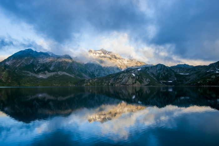 Landschaftsbild-mit-viele-niedrige-Wolken