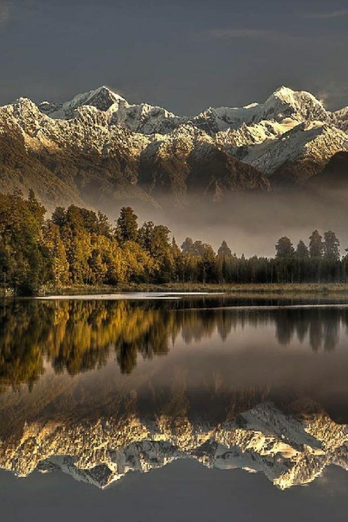 Landschaftsbilder-die-Berg-spiegelt-in-dem-See