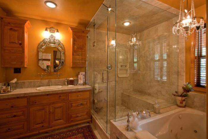 Luxus-Badezimmer-mit-Barockspiegel-und-großer-Dusche