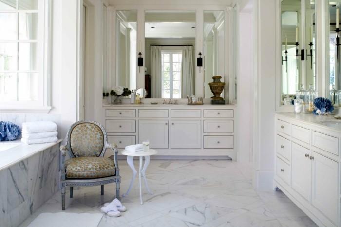 Luxus-Badezimmer-mit-Spiegel-an-der-ganzen-Wand