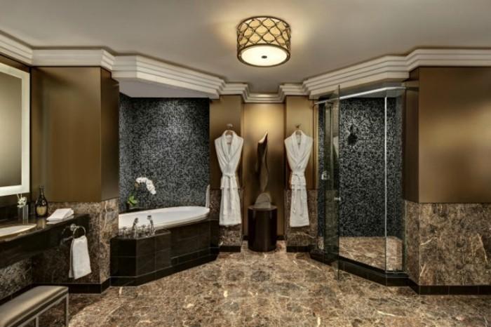 Luxus-Dusche-mit-schwarzem-Mosaik