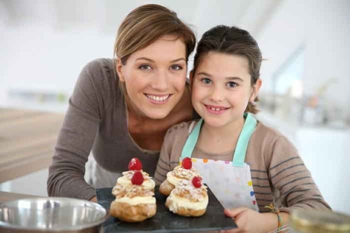 Mit-Kindern-backen-Erdbeeren-als-Schmuck