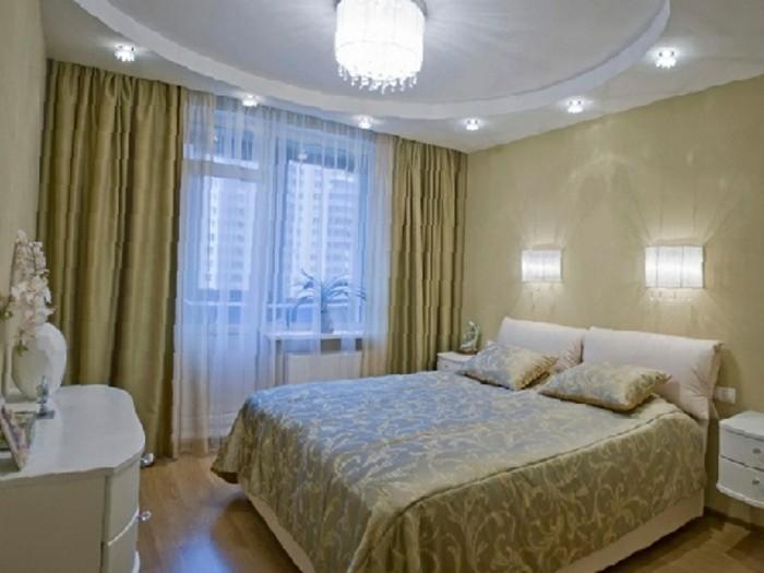 Moderne-Deckenleuchten-mit-großer-Lampe-von-kleineren-umgeben