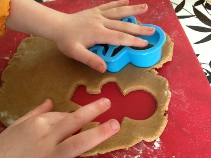 Plätzchen-backen-mit-Kindern-die-Formen