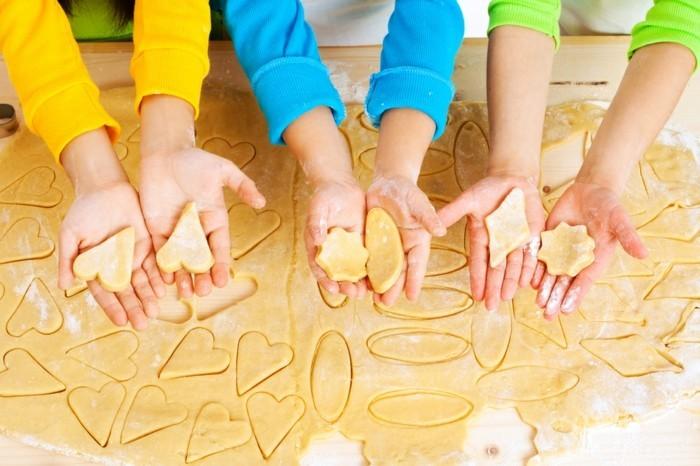 Plätzchen-backen-mit-Kindern-selbst-die-Formen-machen