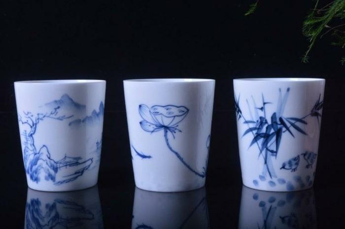 Porzellan-malen-mit-blauen-Blumen
