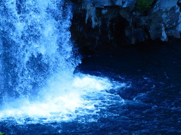 Poster-Wasserfall-nah-zu-den-Klippen