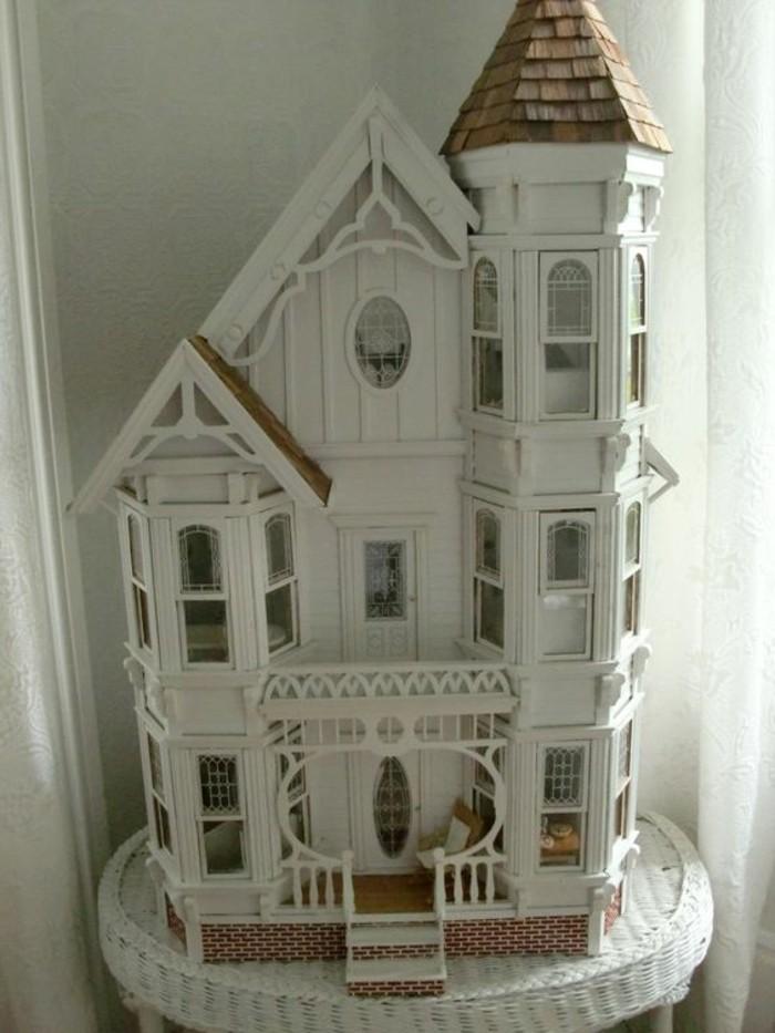 Puppenhaus-sehr-elegant-in-weißer-Farbe
