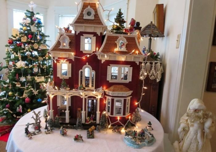 Puppenhaus-zu-Weihnachten-mit-Lampen-dekoriert