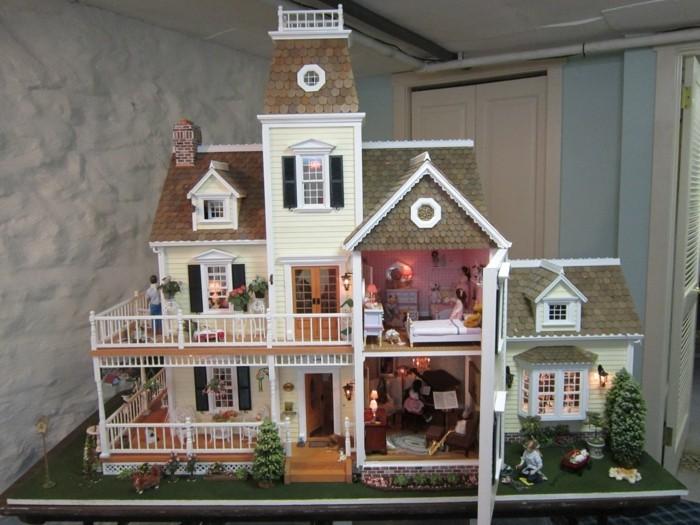 Puppenstuben-mit-einem-winzigen-Musikzimmer