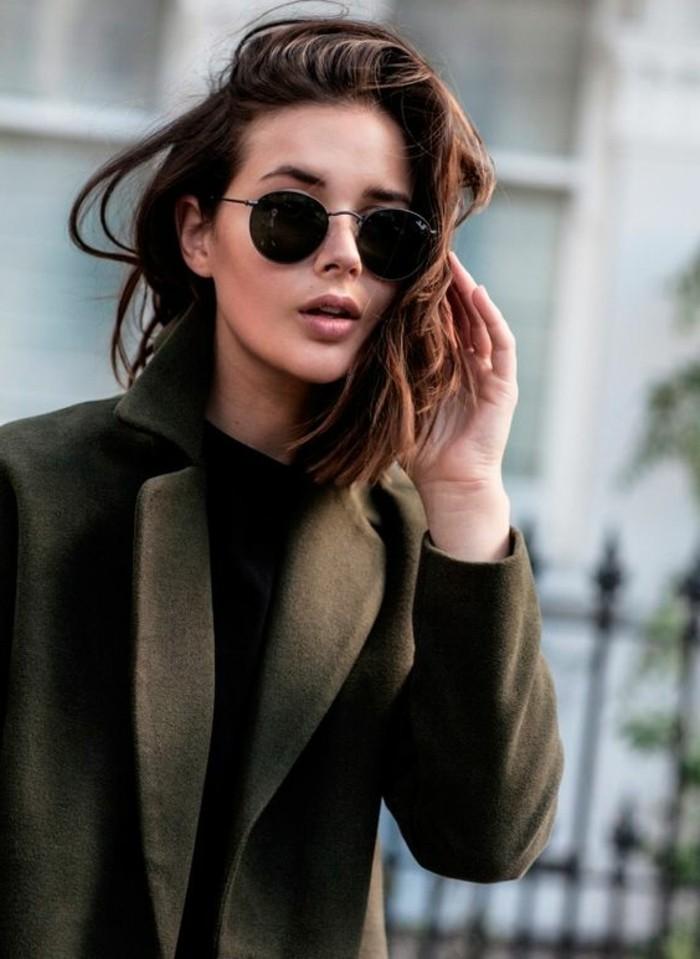 Runde-Sonnenbrille-zu-einem-eleganten-Outfit
