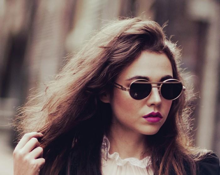 Runde-Sonnenbrillen-sehr-schönes-Mädchen