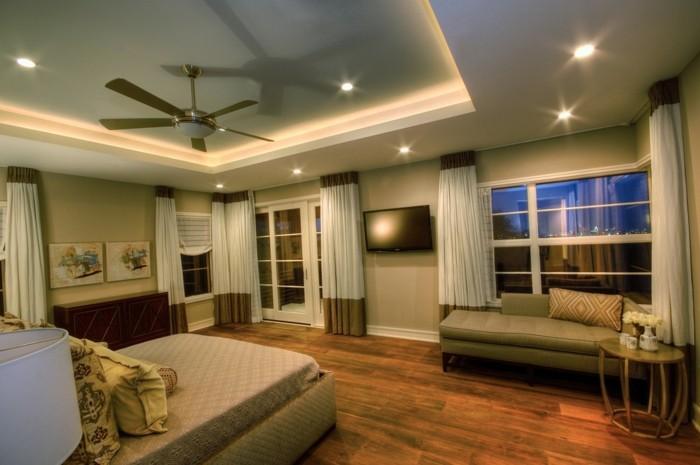 Schlafzimmer-Lampe-mit-kleinen-Glühbirnen