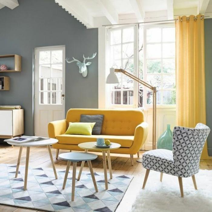 Schlaufengardinen-dicht-in-gelber-Farbe