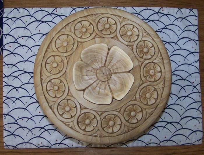 Schnitzereien-mit-Blumen-in-einem-Kreis
