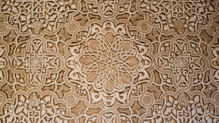 Schnitzereien-mit-einem-abstrakten-Muster