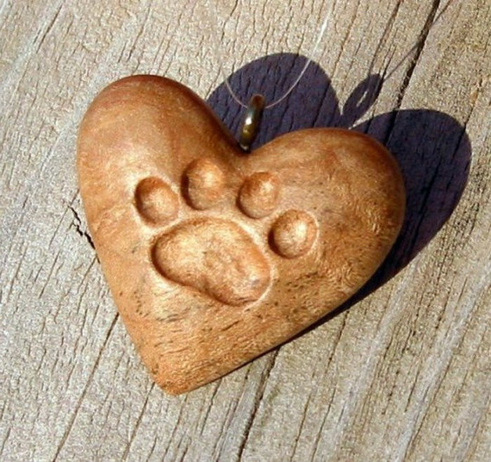Schnitzereien-von-einem-Herz-mit-Katzenspur