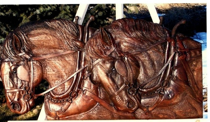 Schnitzereien-von-zwei-Pferden-in-einer-Kutsche