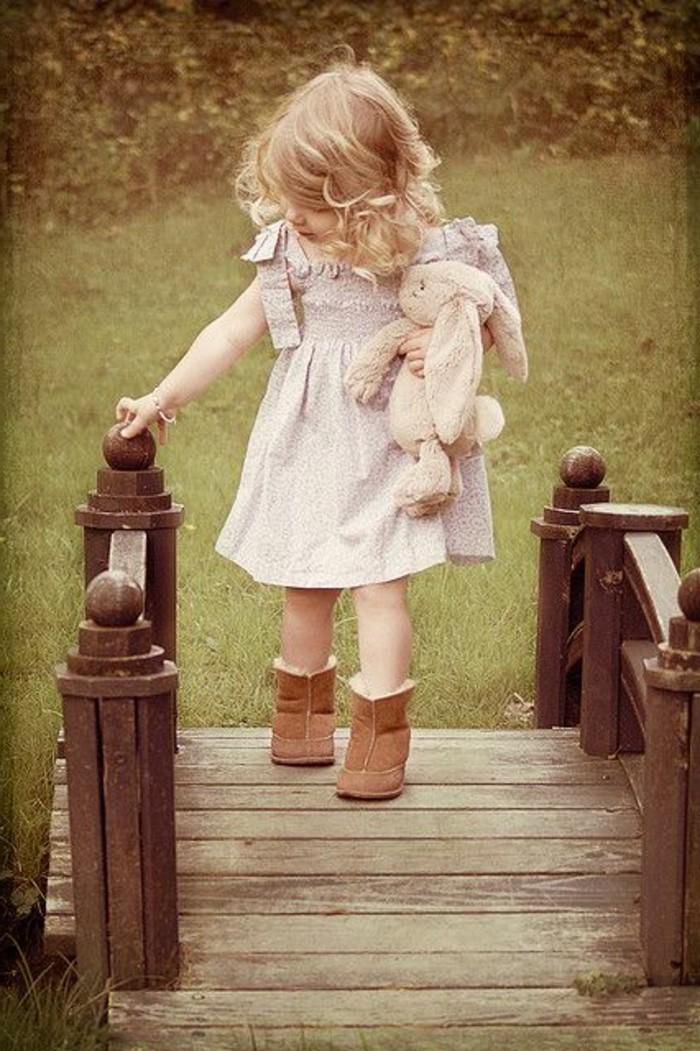 Stylische-Kindermode-Kleid-und-Stiefel-