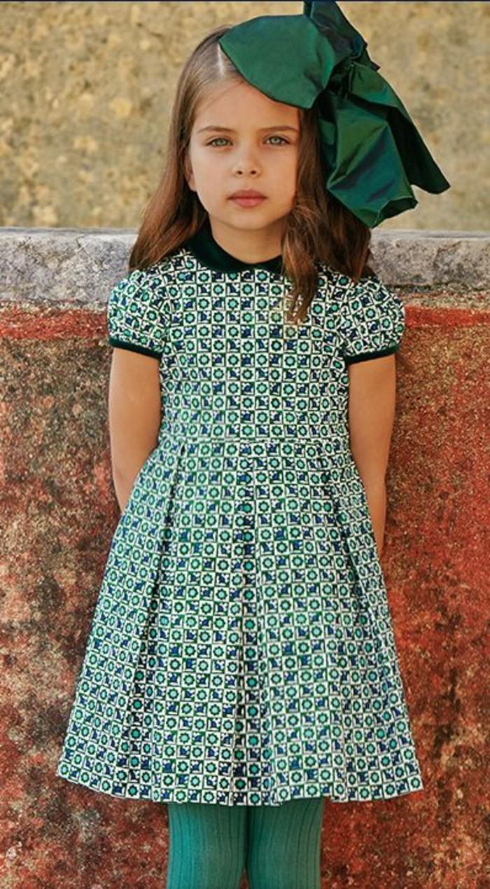 Stylische-Kindermode-ein-grünes-Kleid-