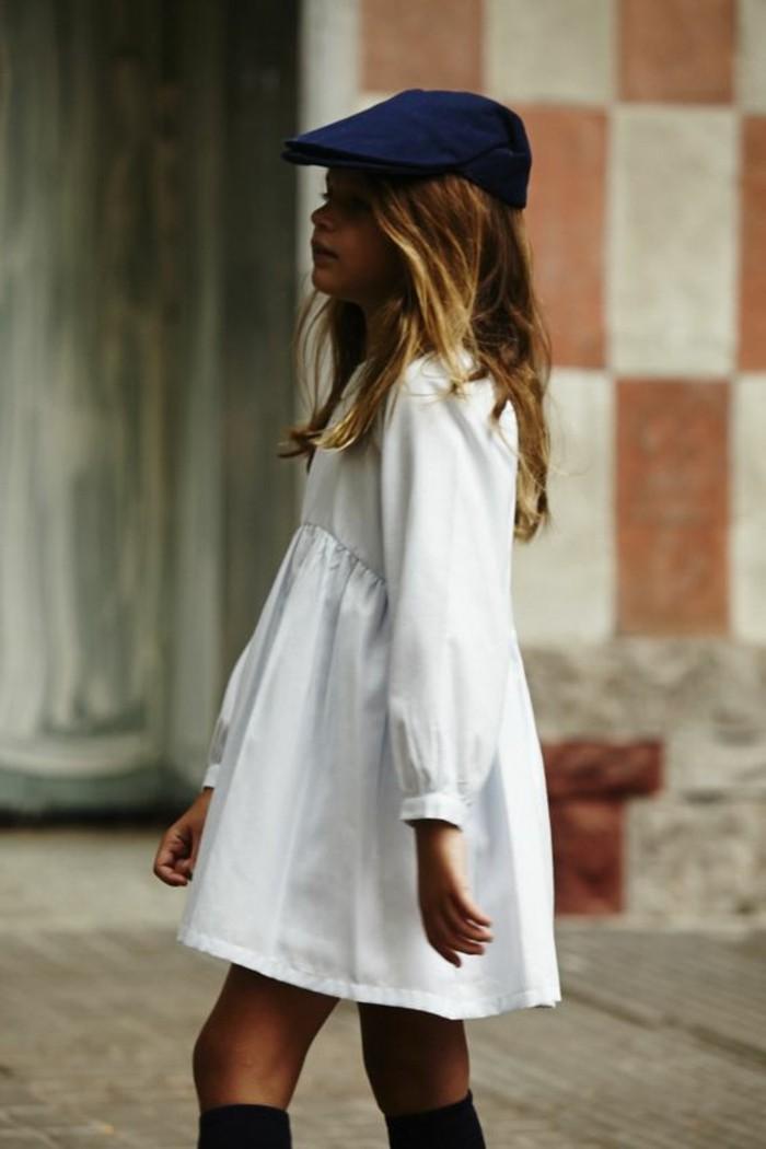 Stylische-Kindermode-ein-weißes-Kleid-