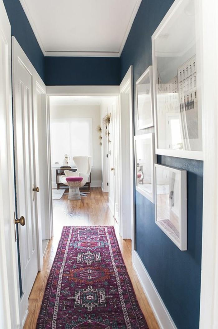 Teppich-in-dem-Flur-lila-farbe-und-blaue-wände