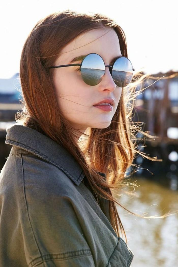 Verspiegelte-Sonnenbrille-an-der-Meerküste