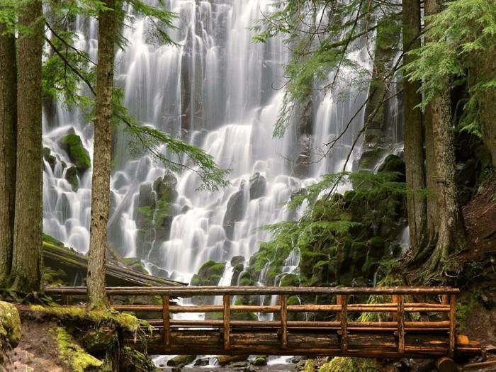 Wasserfall-Bilder-mit-einer-Brücke-aus-Holz