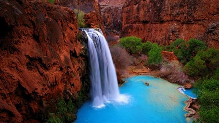 Wasserfall-Bilder-von-roten-Felsen