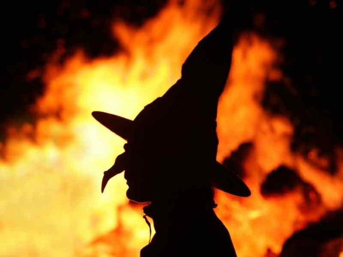 Wernigerode-Tourismus-mit-Hexe-vor-Feuer