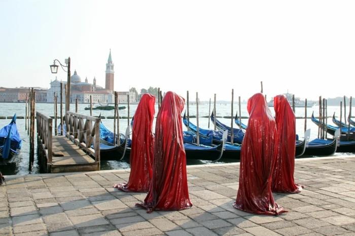 Zeitgenössische-Kunst-ein-Perfomance-in-roter-Farbe