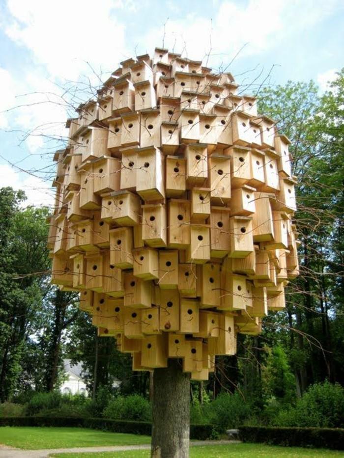 Zeitgenössische-Kunst-mit-Vögelhäuschen-auf-einem-Baum