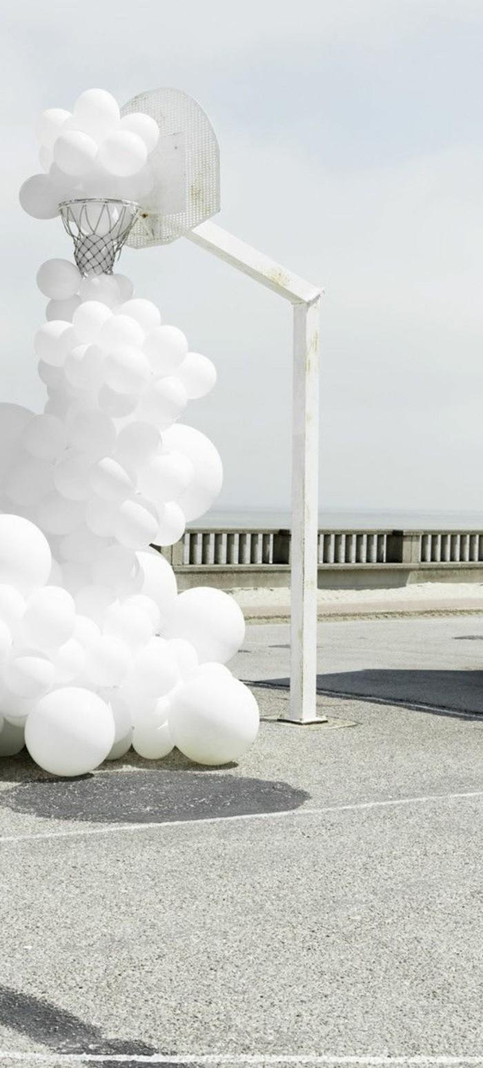 Zeitgenössische-Kunst-mit-weißen-Balonen