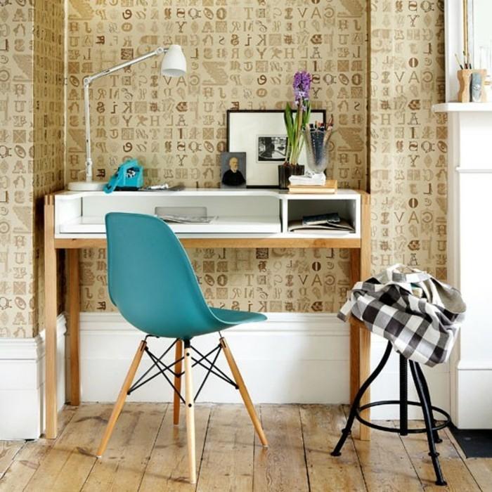 auffällige-gestaltung-von-zimmer-schöne-tapeten-blauer-stuhl