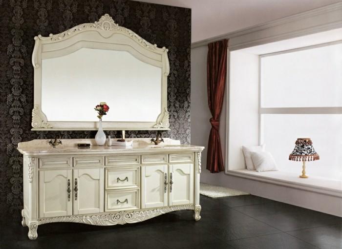 badspiegel-antik-schönes-modell-mit-weißem-rahmen