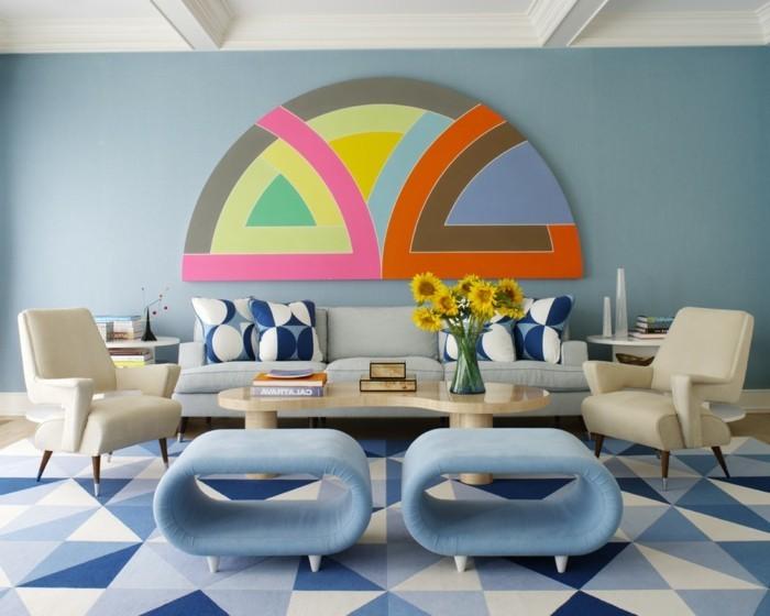 blaue-stühle-und-extravagante-wandgestaltung-vintage-dekoration