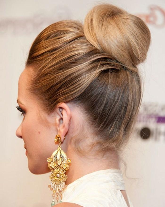 blonde-hochgesteckte-haare-attraktives-aussehen
