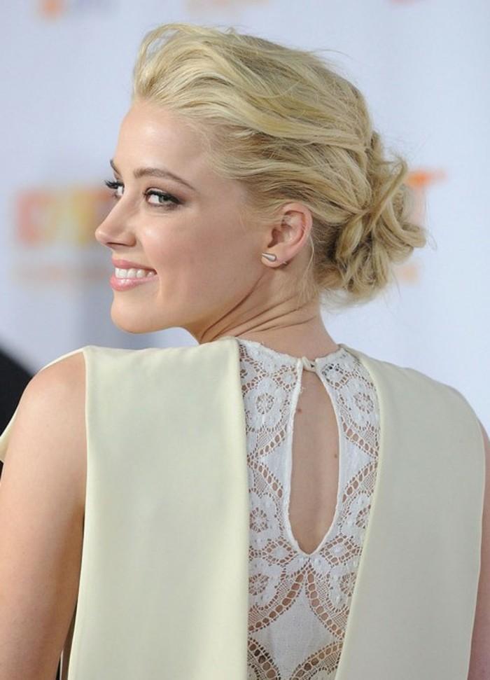 blonde-schöne-frisuren-für-frauen-kombiniert-mit-coolem-kleid